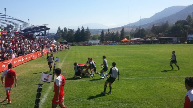 Chile looking for a last minute try against Uruguay. Photo: Daniel Boyle