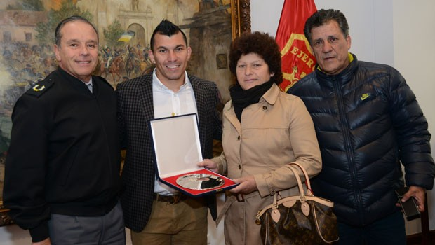 Gary Medel is honoured by the Chilean Army. Photo: Ejercito de Chile